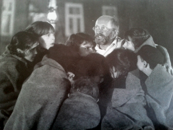 Korczak (film 1990: directed by Wajda Wojtek Pszoniak as Korczak with the children of the ghetto.